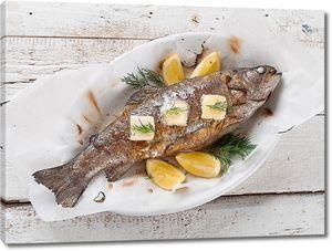 Жареная рыба на блюде