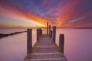 Морской причал на рассвете на острове Тексел, Нидерланды