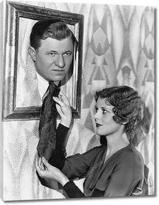 Женщина держит галстук мужчины в рамке