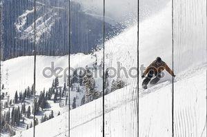 Человек, сноуборд вниз Хилл