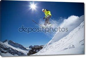 Лыжник на снежном склоне