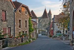 Средневековый Старый глядя Европейский Улица
