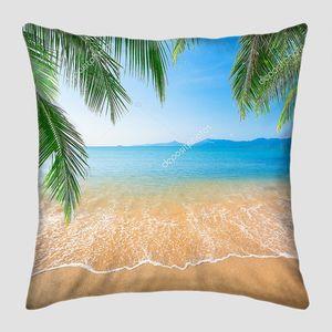 Пальмовые листья над песком