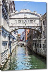 Венеция с арками над каналом