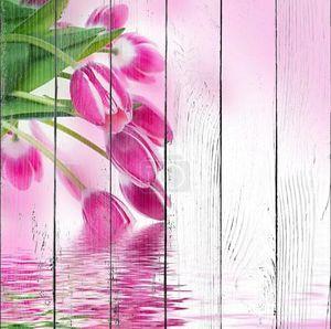 Розовые тюльпаны над водой