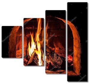 Камин с пылающим огнем