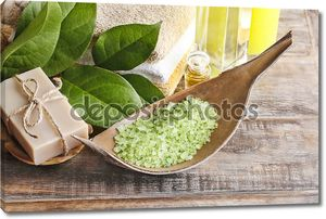 Зеленый морской соли и бар Мыло натуральное ручной работы на деревянный стол