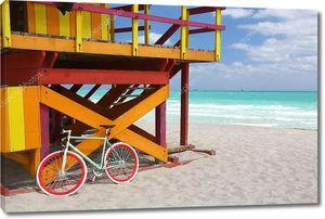 Красочные спасатель кабина на песчаном пляже