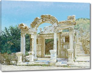 Разрушенная архитектура с белыми колоннами