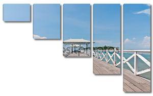 Белый мост в море с голубым небом