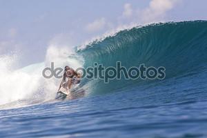 серфер на волнах