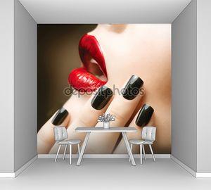 Черные ногти и ярко-красные губы