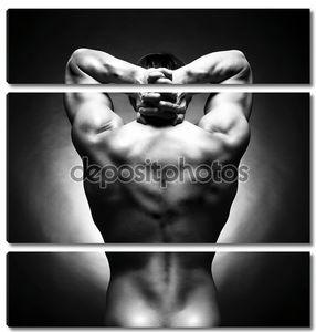 Голый сильный спортсмен