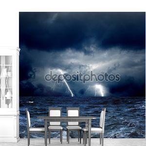 Шторм в море и молнии в небе