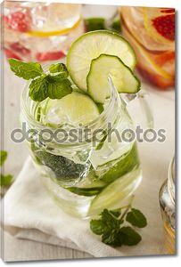 Здоровая вода с фруктами