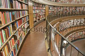 Книжные полки в библиотеке