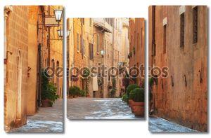 Старый город и улицы средневекового периода Пиенца, итал