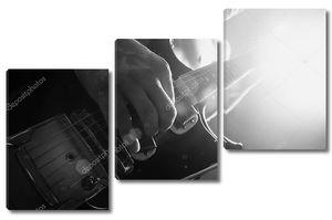 Человек, электрической гитаре в черно-белом