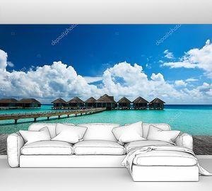 Красивый пляж с мостиком к  бунгало