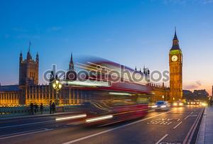 Знаковых двухэтажный автобус с Биг Бен и парламент в синий час, Лондон, Великобритания