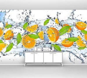 Кусочки апельсинов  в брызгах воды