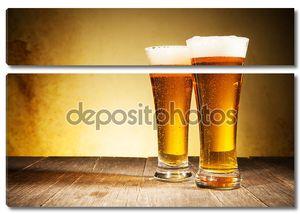 Пара бокалов с пивом