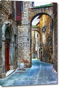 красивые старые улицы итальянских средневековых городов, пунша