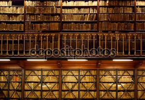 полки для книг в библиотеке