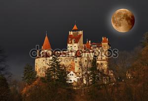 Замок Дракулы на полнолуние