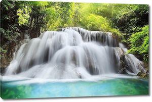 Красивый трехуровневый водопад