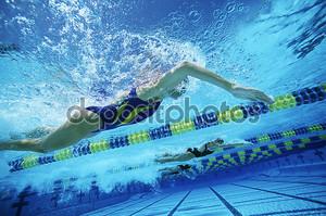 Команды по плаванию, практикующих в бассейне