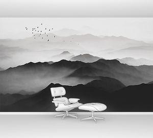 Туманные горы с птицами в монохроме
