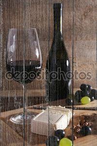 Вино на деревянном фоне
