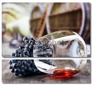 бокал с виноградом на деревянный стол