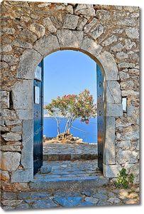 Море с пальмой через распахнутую дверь