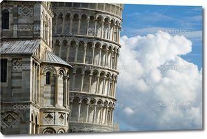 Пизанская башня с небом и облаками