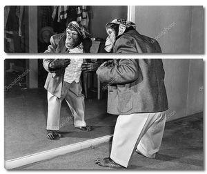 Шимпанзе в пиджаке перед зеркалом