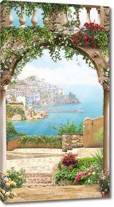 Арка с балясинами с видом на морской город