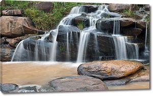 Вода стекает по каменным ступеням