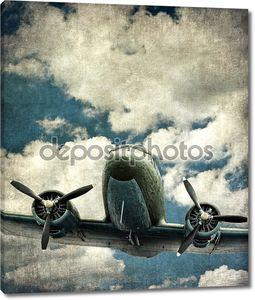 Старый военный самолет с двумя моторами