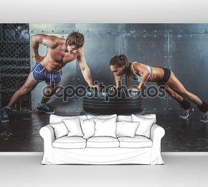 Спортсменки. Спортивный женщина и мужчина, делая нажима ИБП на шины прочность мощность подготовки концепции crossfit фитнес тренировки спорта образ жизни.