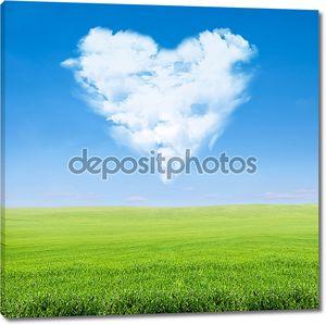 Зеленое поле, голубое небо, облачное сердце