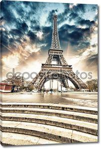 Париж. Великолепная широкоугольные вид Эйфелеву башню с лестницы