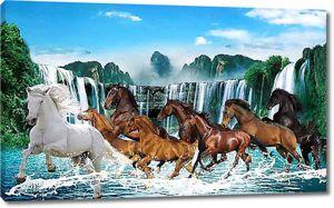 Табун лошадей у водопада