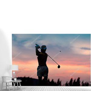 силуэт женщины-гольфиста в действии в конце качели после удара мячом для гольфа в пункт назначения на фарватере, лучший концентрат в пункт назначения жизни КОНЦЕПТ