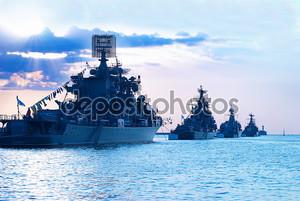 Ряд военных кораблей