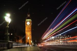 ночью Биг-Бен, замеченный по Вестминстеру, соединяет