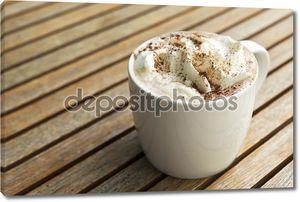 Чашка горячего шоколада со сливками