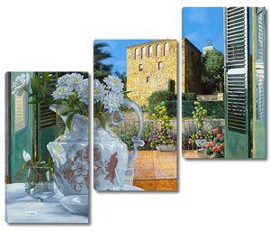 Белые цветы в вазе с видом на терассу