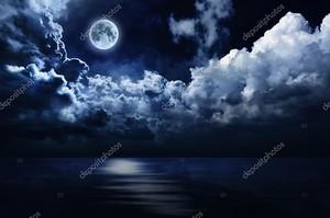 Полнолуние в ночном небе над водой
